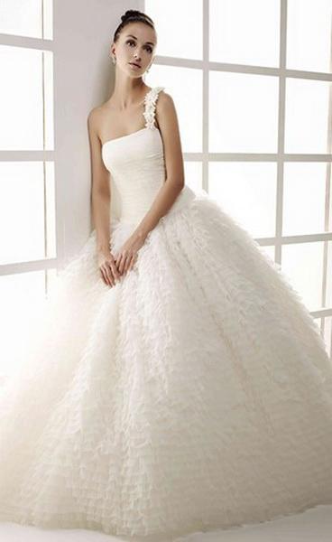 8c9831c51 Corte bailarina para este actual vestido de novia en venta outlet Anjana de  Innovias confeccionado en organza con talle ajustado a la cintura