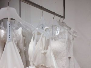 perchero-innovias-300x225 Pruebas de arreglos del vestido de novia