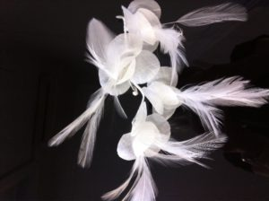 tocado de novia flor y plumas innovias